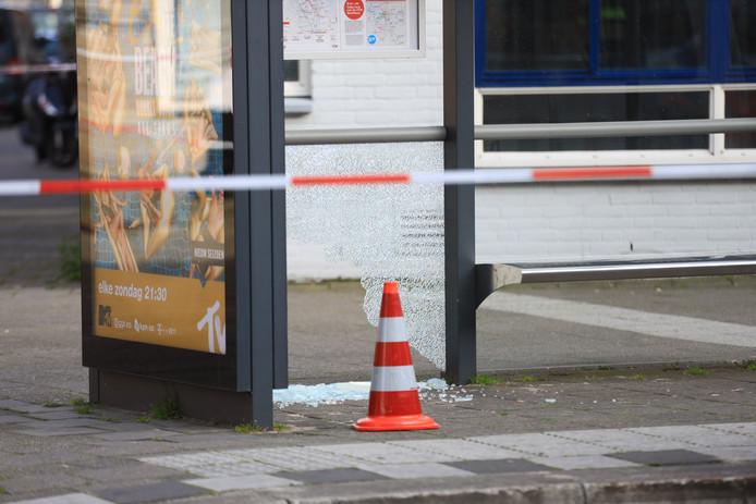 Het glas van een bushokje is bij de schietpartij kapot gegaan