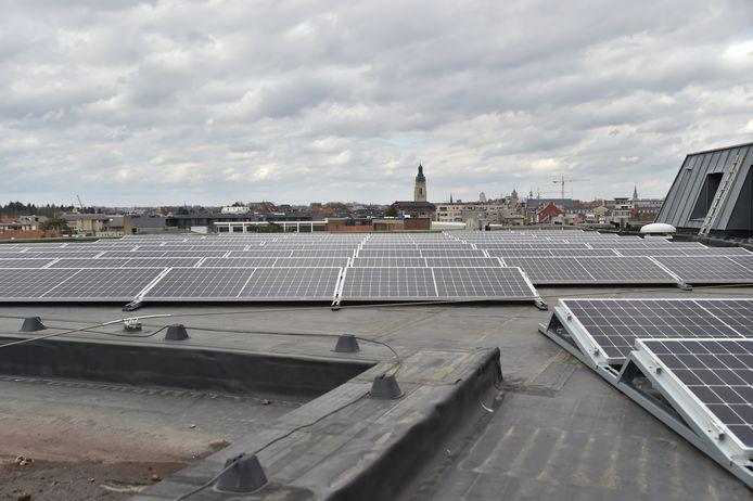 Het dak van De Spil werd uitgerust met zonnepanelen.