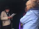 De heer en mevrouw Sikkers (rechts) luisteren naar een gedicht van Ad van Schijndel (r) tijdens de Zondag van de Zandpaden