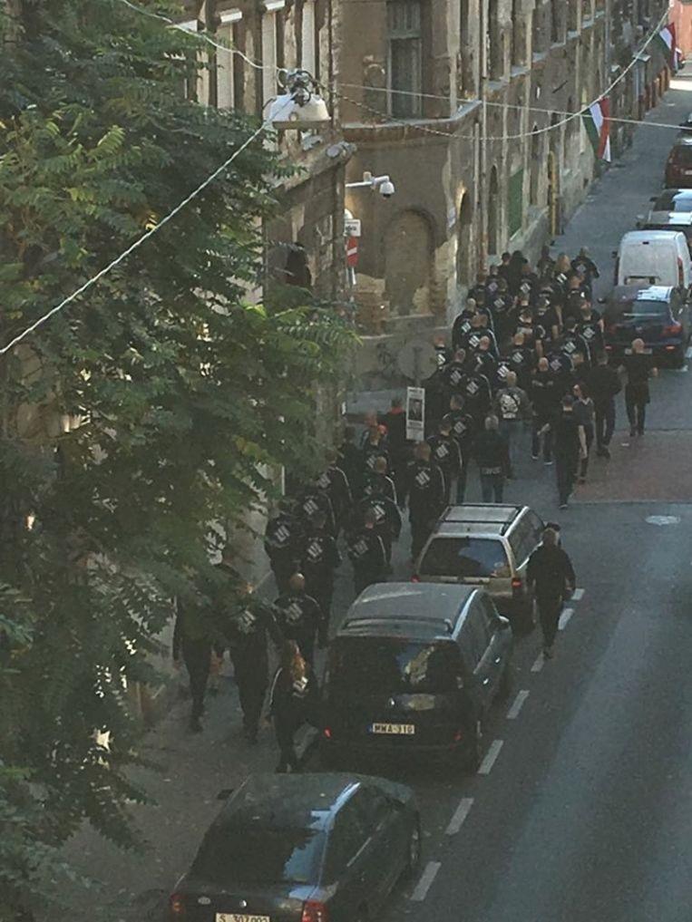 Burgemeester Andras Piko deelde een foto van de neonazi's op weg naar het centrum via Facebook.