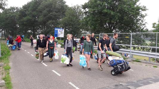 Bezoekers van Best Kept Secret op weg naar de camping.
