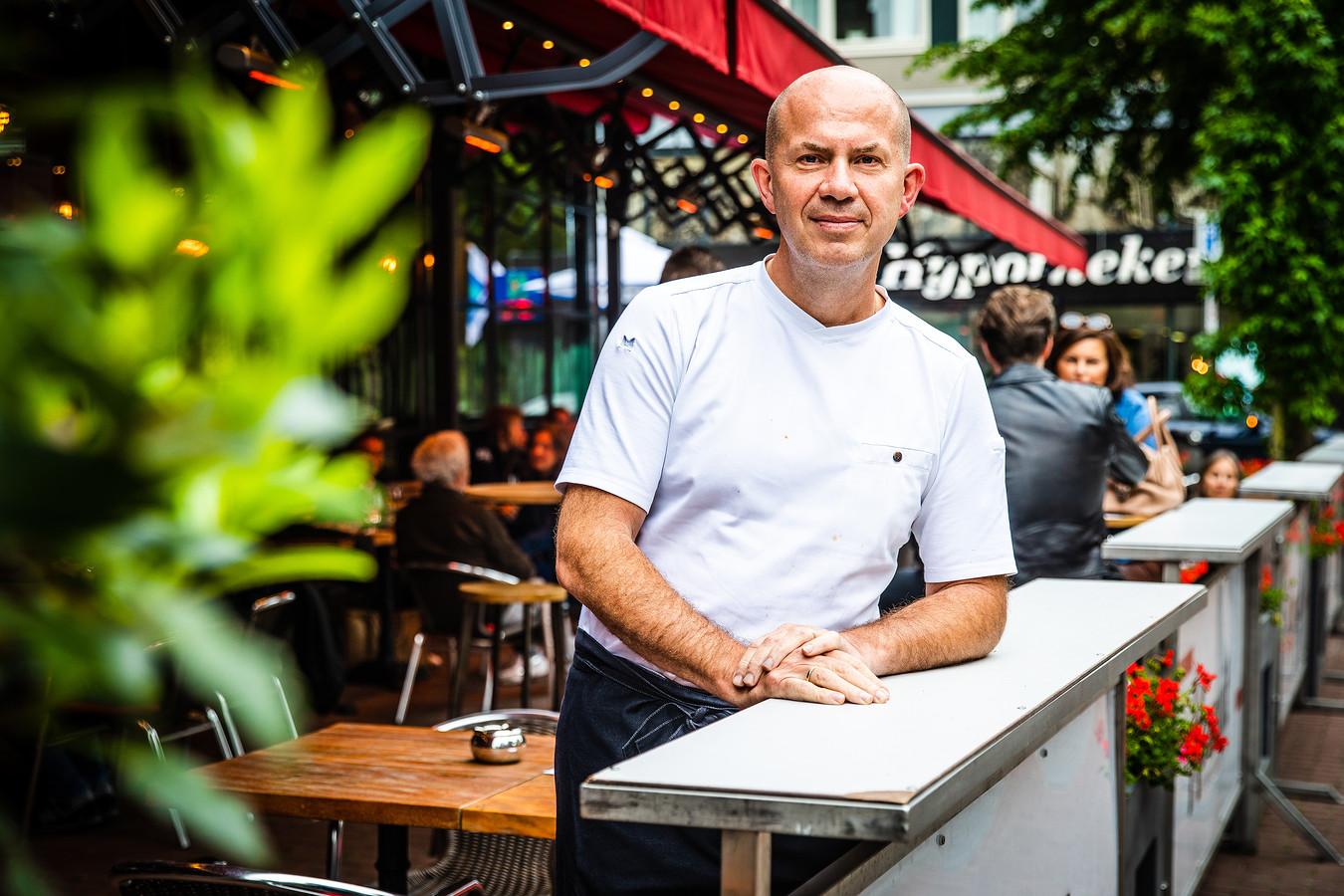 Alex Verburg bij zijn terras van Restaurant Post in Dordrecht.