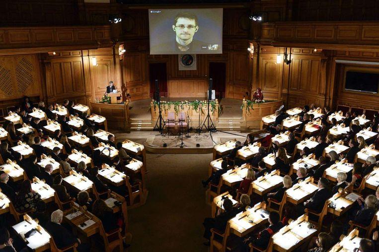Klokkenluider Edward Snowden kreeg maandag in het Zweedse parlement een prijs voor zijn moed Beeld afp