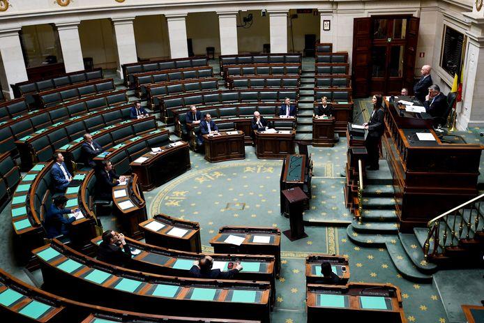 Sophie Wilmès leest haar regeerverklaring voor in een zo goed als lege Kamer.