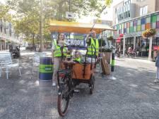 De straat op met afvalgrijpers en vuilniszakken op World Clean Up Day