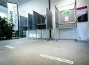 Een model-stembureau in Rotterdam Charlois. Voor de Tweede Kamerverkiezingen moeten alle stembureaus coronaproof worden ingericht.