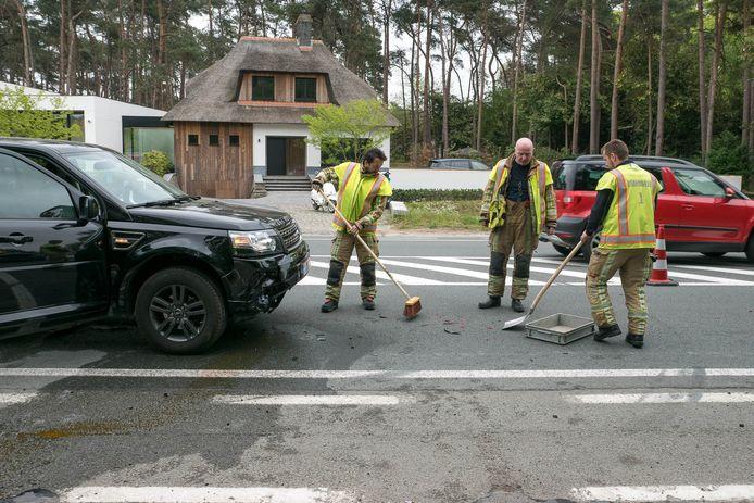 De brandweer kuist de gelekte olie en brokstukken op.