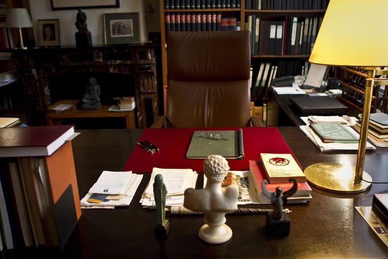Het bureau, de bril en de pennen van schrijver Harry Mulisch in diens voormalige werkkamer in Amsterdam. Beeld ANP