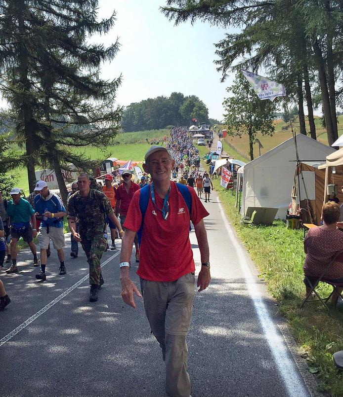 Wim Zeegers (84) uit Breda op de derde dag van de Nijmeegse Vierdaagse vlakbij Groesbeek Foto Marion van der Louw