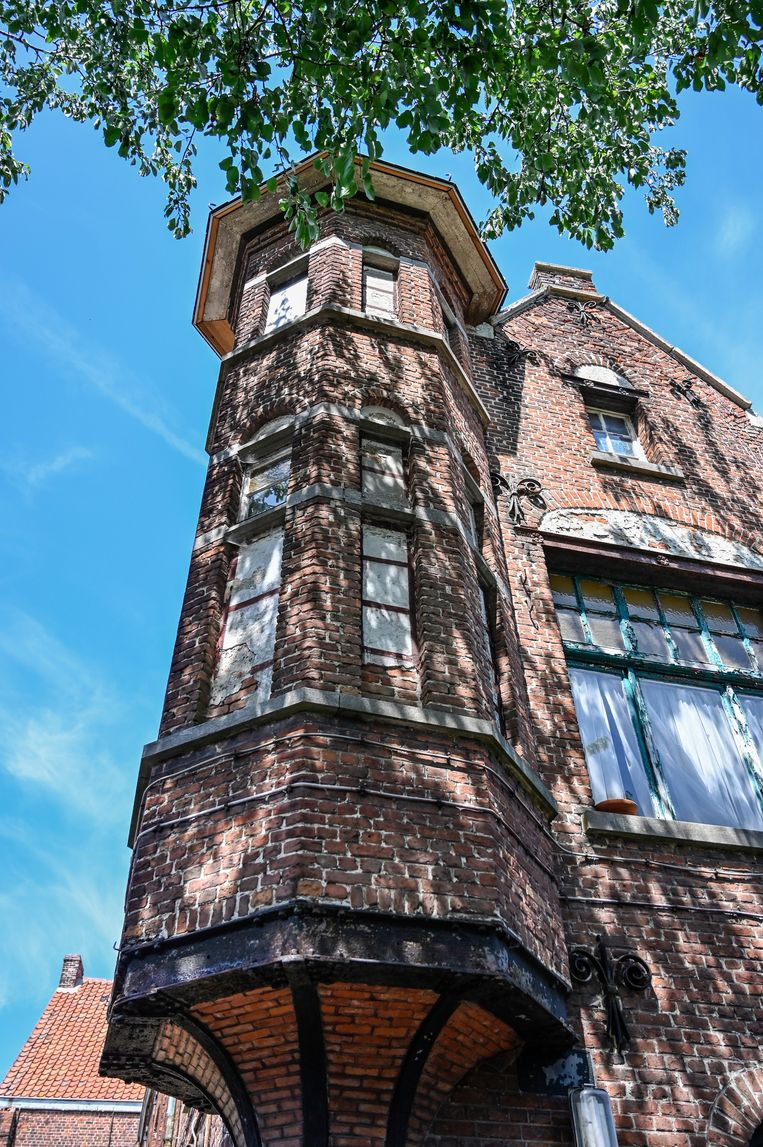 Een beeld genomen vanuit de tuin van de woning. In het torentje bevindt zich een unieke douchecabine uit 1901.