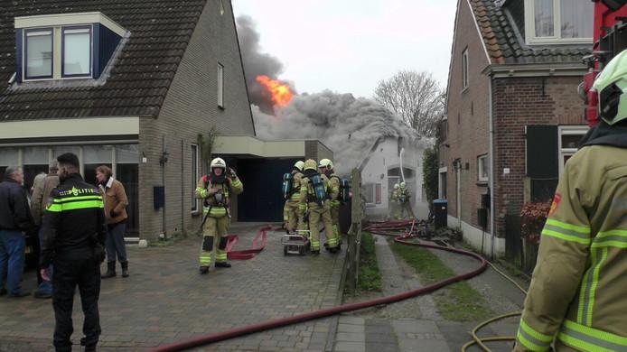 Omwonenden en brandweer bij de schuurbrand in Eefde