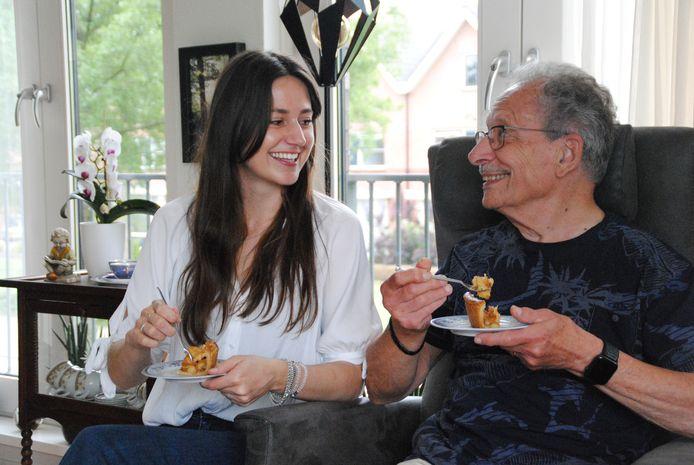 Tara Meijer en haar opa Ferry Meijer praten regelmatig samen bij met een stukje taart of een andere lekkernij. Hij was ook een inspiratiebron om vrijwilligerswerk met ouderen te gaan doen.