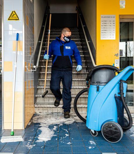Huismeester flat weerspreekt politie over bloedbad: 'Ze zijn elkaar in de hele flat achterna gegaan'