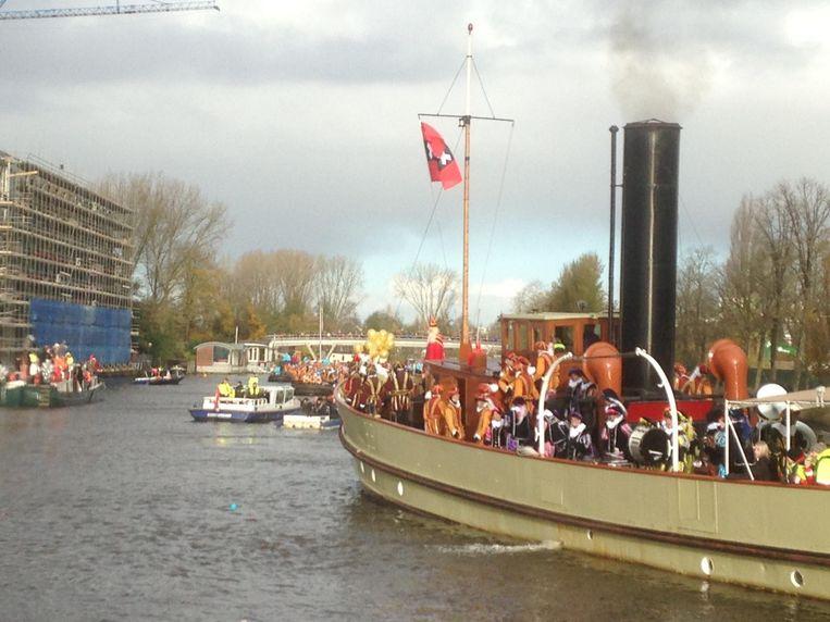 De boot met Sinterklaas voorop vaart de Amstel op Beeld Patrick Meershoek