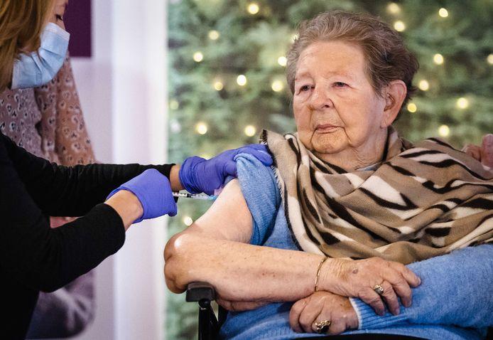Een bewoonster van een woonzorgcentrum wordt gevaccineerd