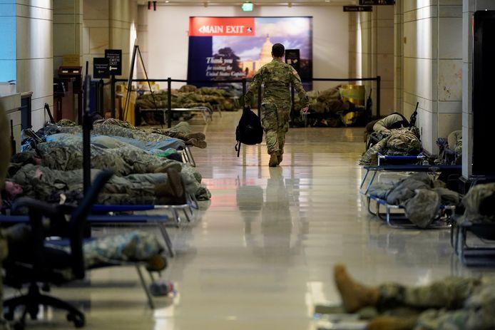 Leden van de Nationale Garde rustend in het 'Capitol Visitor Center'.