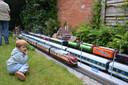 Langs het parcours in de tuin van de familie De Donder staat onder meer een exacte kopie van het station van het Duitse stadje Neuffen