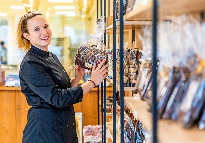 Linda Veldman in haar nieuwe chocoladewinkel Chocolin in Oud-Beijerland.
