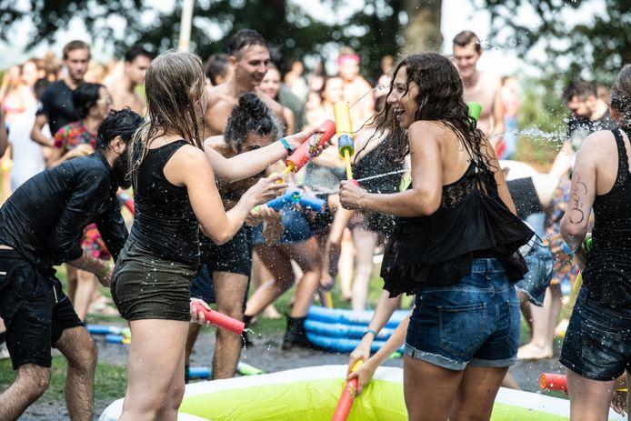 Zo iets als een watergevecht als in het Valkhofpark in 2018 zit er dit jaar niet in. Studenten mogen hopen op een voorstelling bij het Honig-complex, nu het Introfestival is afgelast.