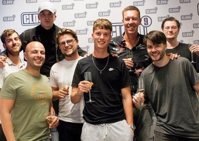 Rapper Pjotr uit Zutphen (midden) tekent bij het gloednieuwe label 'Lieve Jongens' van rapper Snelle uit Deventer.