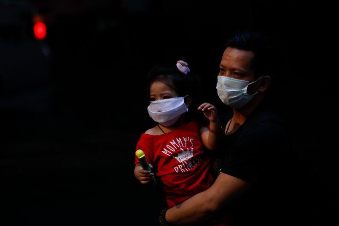 Wie thuis in isolatie zit met een coronabesmetting, mag niet knuffelen met zijn kinderen.
