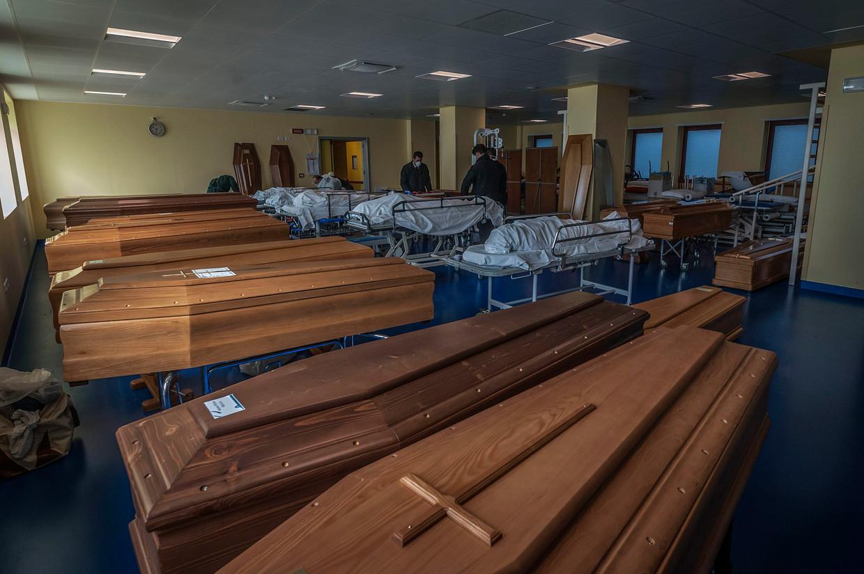 Doodskisten met overleden coronapatiënten. Beeld EPA