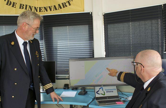 De havenmeesters Lou Goedel en Jan Smit (rechts).