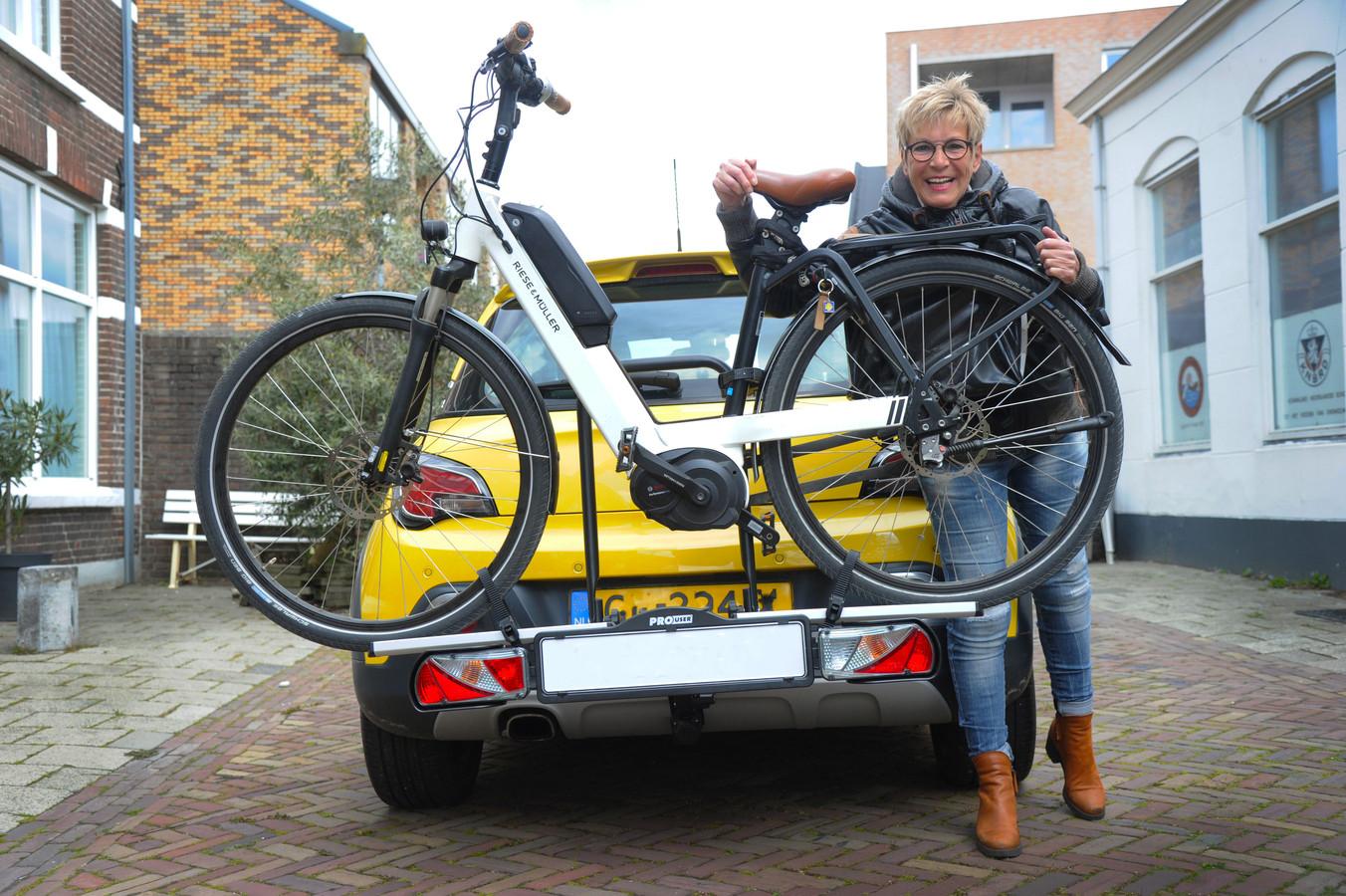 Monique van Dorsselaer kan er weer op uit, dankzij haar nieuwe trekhaak en fietsendrager.
