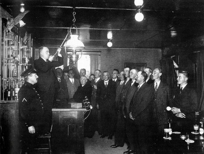 Het uitblazen van de olieverlichting en de overgang naar elektriciteit was een officiële plechtigheid, waar voorname personen voor werden uitgenodigd. Zoals hier in 1935,  in café van Sprundel in het gehucht Noordhoek.