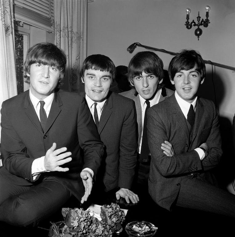 Jimmie Nicol (tweede van links) verving tijdens de tournee in 1964 drummer Ringo Starr, die aan zijn amandelen werd geopereerd. Beeld Getty Images