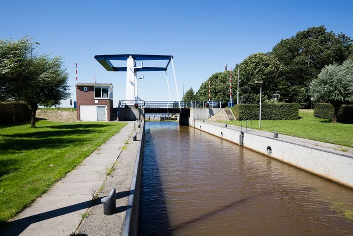 De Kampersluis ligt vlakbij de jachthaven van Ketelhaven, een plaats die vlak aan het Ketelmeer ligt. De sluis wordt op afstand bediend door provincie Flevoland, vanuit het provinciehuis.