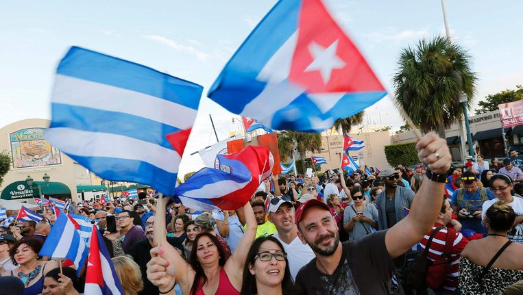 Cubaanse Amerikanen in Miami vieren feest na de dood van Fidel Castro. Beeld afp
