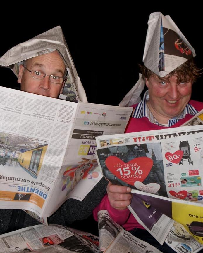 Het Drentse duo Harm en Roelof treedt op in de theaterzaal van Het Punt in Vroomshoop.