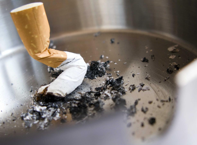 Roken mag straks niet meer ín Dordtse overheidsgebouwen, als de rookruimtes op slot gaan, maar ook niet meer voor de deur.