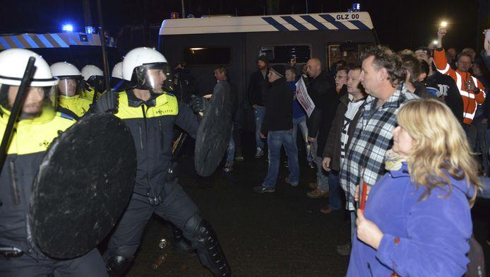 De ME greep woensdagavond in bij de demonstratie in Geldermalsen tegen de komst van een AZC. Daarbij raakte makelaar Saskia van Kessel ernstig gewond