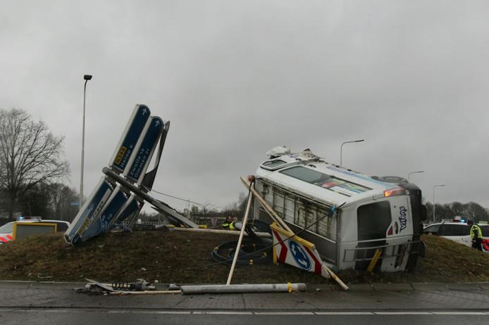 Het busje ramde de grote paal met bewegwijzering, die midden op de rotonde stond.