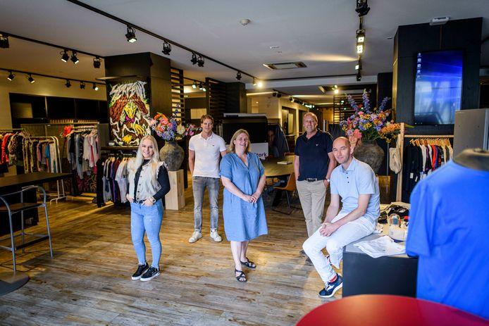 Alle partners verzamelen in de nieuwe winkel aan De Brink. Van links naar rechts: ROC-studente Esmee Notenboom, Tom Jenneboer, Marianne Bodde, Jaap Jenneboer en Rik Dekker.