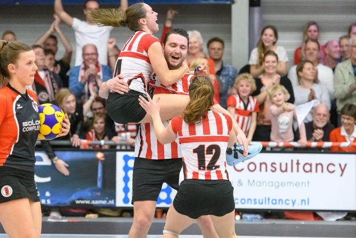 Jessica Lokhorst,in de armen van Thomas Reijgersberg, verwacht dat Fortuna haar beste spel voor de play-offs bewaart. Foto: Patrick Dolkens