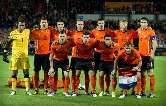 Oktober 2011: teamfoto van het Nederlands elftal. Gehurkt, links: Erik Pieters.