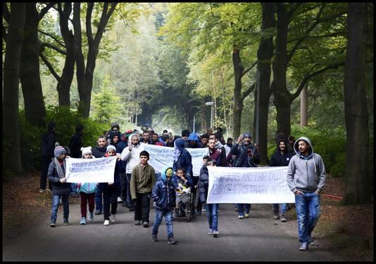 """Ruim zeventig bewoners van megakamp Heumensoord bij Nijmegen hielden dinsdag een protestmars. ,,In tenten is het echt te koud voor onze kinderen."""""""