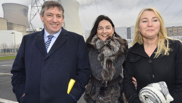 Minister van Binnenlandse Zaken Jan Jambon (N-VA), minister van Energie Marie Christine Marghem (MR) en de Nederlandse minister van Infrastructuur en Milieu Melanie Schultz (VVD) vandaag bij hun bezoek aan Doel. Beeld BELGA