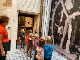 Kleuters en eersteklassers De Zonnewijzer bezoeken tentoonstelling Johan Tahon