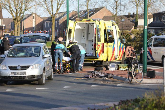 De vrouw raakte gewond, het kind bleef op een paar schrammen na ongedeerd.