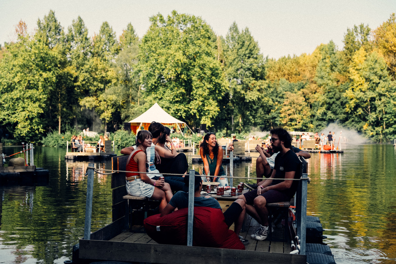 Wat niet kan op de wei, is wel mogelijk op het water: ook dit jaar verhuist het Paradise City festival naar een meer, waar de bezoekers in bubbels van 8 vanop vlotjes naar optredens kunnen kijken: Paradise Down by the Lake.