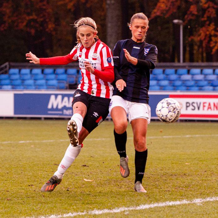 Katja Snoeijs (PSV, links) scoorde het enige doelpunt voor de Eindhovenaren.