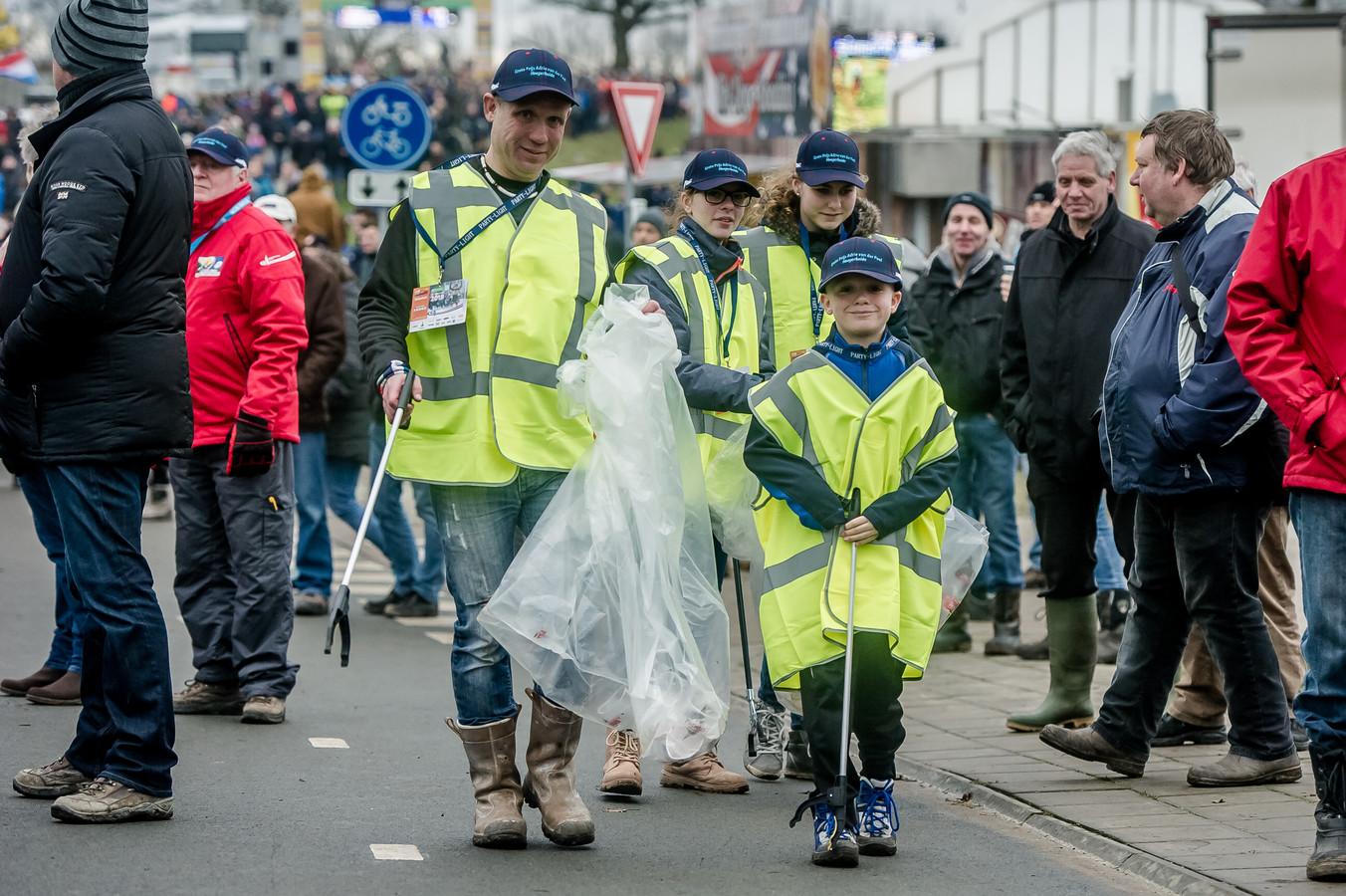 Sinds drie jaar lopen ecoteams met leerlingen van het ZuidWestHoek College over het parcours van de Grote Prijs Adrie van der Poel om afval op te ruimen.