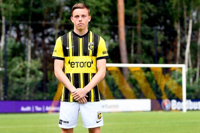 Arnhemmer Enzo Cornelisse toont het nieuwe thuistenue van Vitesse, met op de borst het logo van de nieuwe hoofdsponsor eToro.