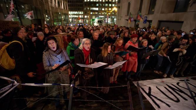 Betogers zingen aan Vlaams parlement in koor tegen besparingsbeleid