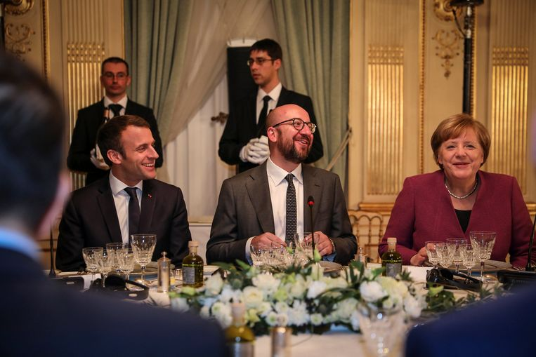 Charles Michel tussen de Franse president Emmanuel Macron en Duitse bondskanselier Angela Merkel. Beeld REUTERS