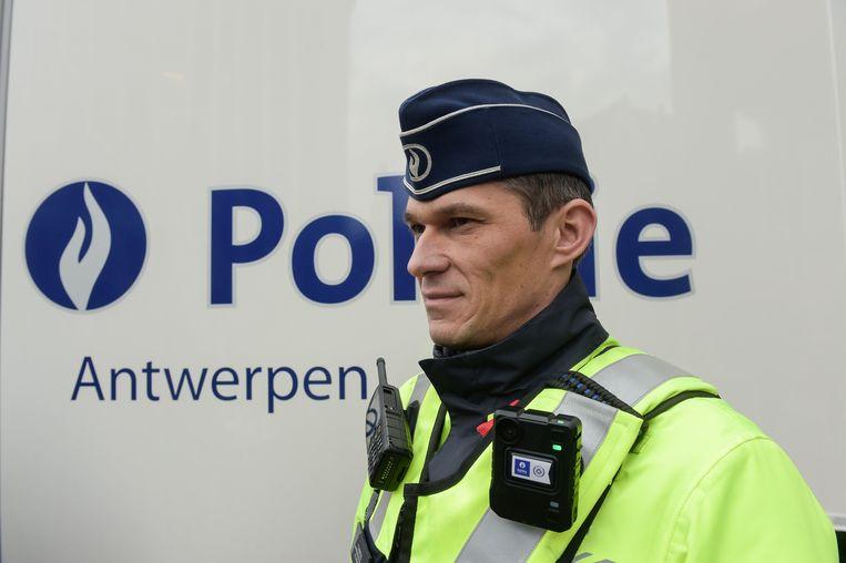 Een politieagent met bodycam in Antwerpen. Beeld Photo News